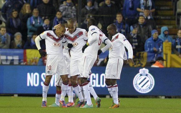 Útočník Jussie (vlevo) z Girondins Bordeaux se raduje se spoluhráči ze vstřelení gólu na hřišti FC Bruggy.