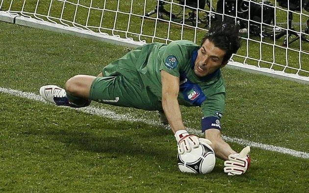 Italský gólman Gianluigi Buffon takto zlikvidoval penaltu Ashleyho Colea a pomohl svému týmu do semifinále Eura