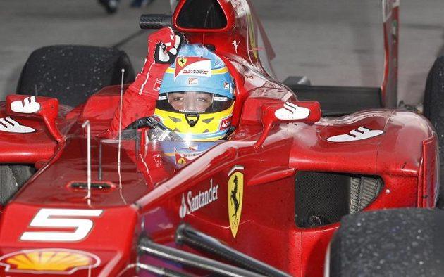 Vítěz Velké ceny Malajsie Fernando Alonso s vozem ferrari.