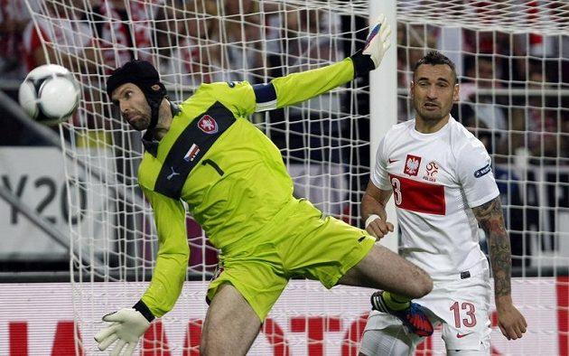 Brankář Petr Čech sleduje míč před Polákem Wasilewskim.