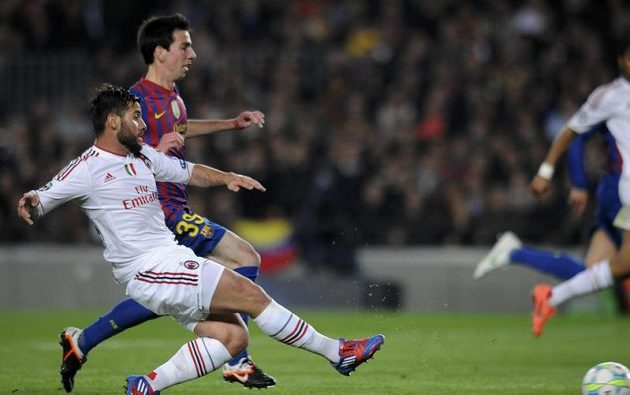 Antonio Nocerino z AC Milán (vlevo) střílí přes Isaaca Cuencaa z Barcelony gól.