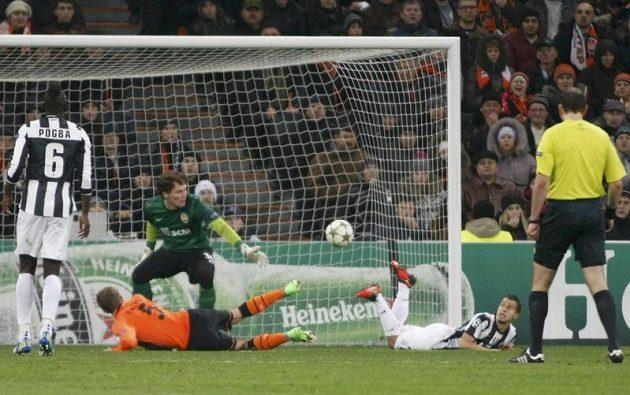 Olexandr Kucher (v oranžovém) si střílí vlastní gól.
