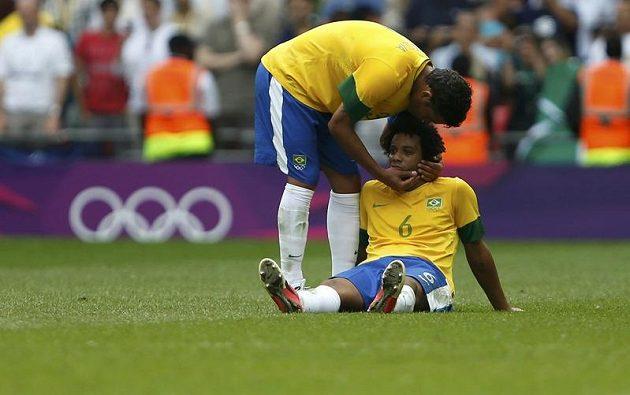 Thiago Silva (vlevo) utěšuje spoluhráče z brazilské reprezentace Marcela.