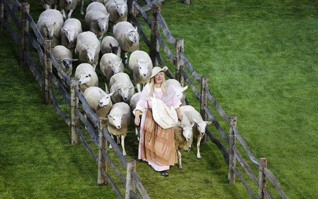 Stádo ovcí při zahajovacím ceremoniálu olympiády v Londýně.