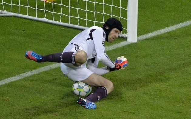 Petr Čech likviduje penaltu Arjena Robbena