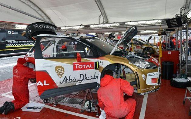 Mechanici Citroënu pracují na vítězném stroji Sébastiana Loeba.