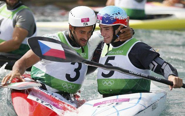 Dva velcí soupeři, ve finále kajakářů zlatý Ital Daniele Molmenti (vlevo) a český stříbrný medailista Vavřinec Hradilek
