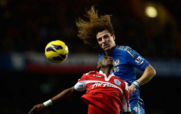 David Luiz z Chelsea (vpravo) v souboji se Stephanem Mbiou z QPR