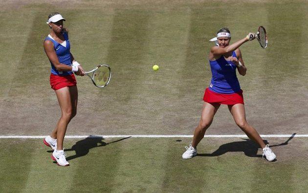 Tenistky Lucie Hradecká (vpravo) a Andrea Hlaváčková v utkání proti americkému páru Huberová, Raymondová.