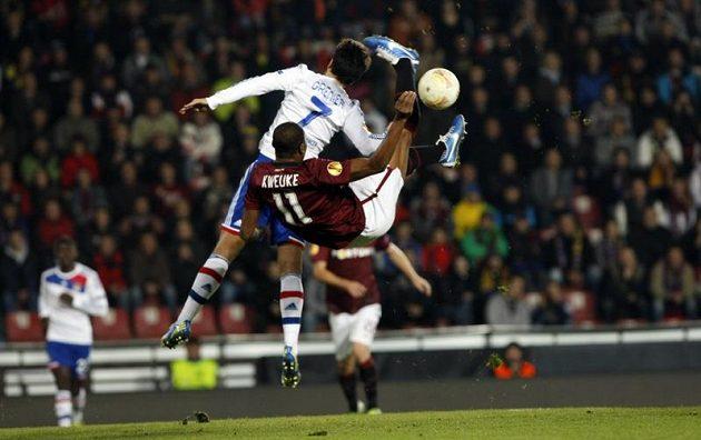 Sparťan Leo Kweuke se snaží přes Clémenta Greniera nůžkami zasáhnout míč v utkání s Lyonem.