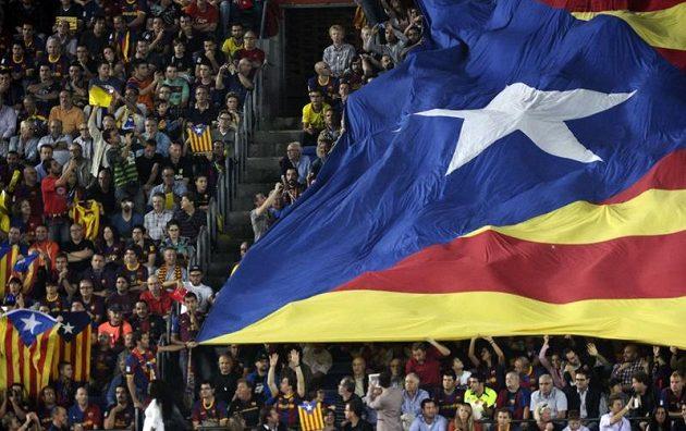 Fanoušci Barcelony s gigantickou katalánskou vlajkou při El Clásicu.