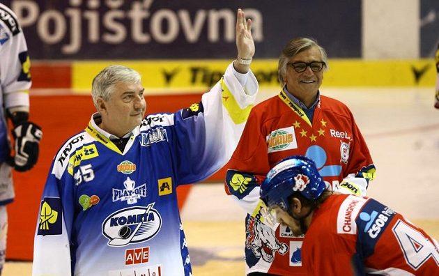 Herci Miroslav Donutil (vlevo) a Jiří Bartoška obstarali vhazování finále