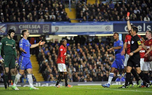 Branislav Ivanovič viděl červenou kartu, úplně vlevo celou situaci sleduje brankář Chelsea Petr Čech.