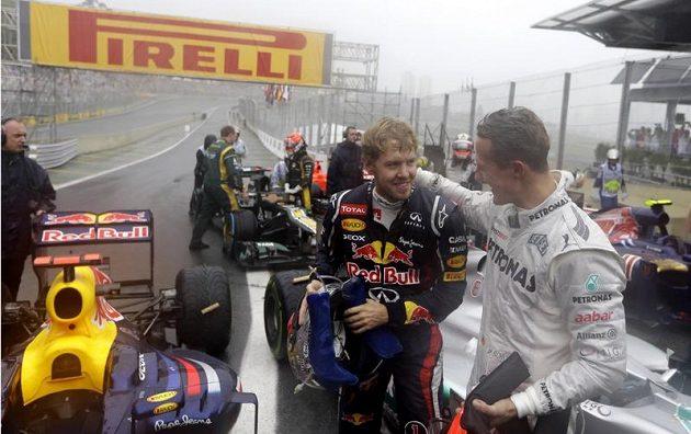 Gratulace od sedminásobného šampióna - Michael Schumacher blahopřeje Vettelovi k obhajově triumfu.