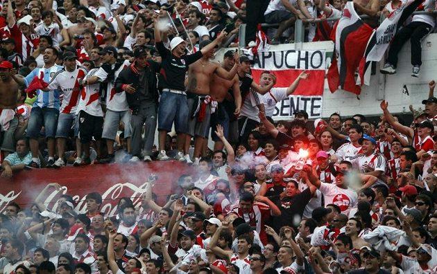 """Bez pyrotechniky by fanoušci v Jižní Americe nemohli rozpoutat to pravé """"peklo"""" na tribunách."""