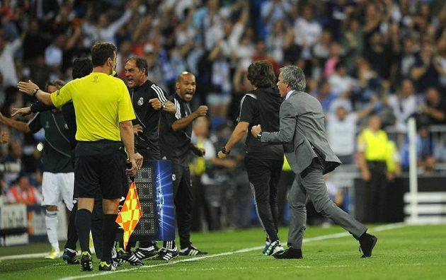 Josého Mourinha (zcela vpravo) přemohla po vítězné trefě Cristiana Ronalda proti Manchesteru ohromná radost. Kvapně se pak kouč Realu zase vracel zpět na lavičku