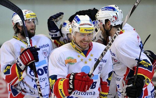 Pardubičtí hráči se radují ze čtvrtého gólu v brněnské brance.
