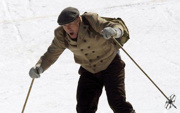 Lyžař Didier Cuche se rozloučil s kariérou v retro lyžařském oblečení.