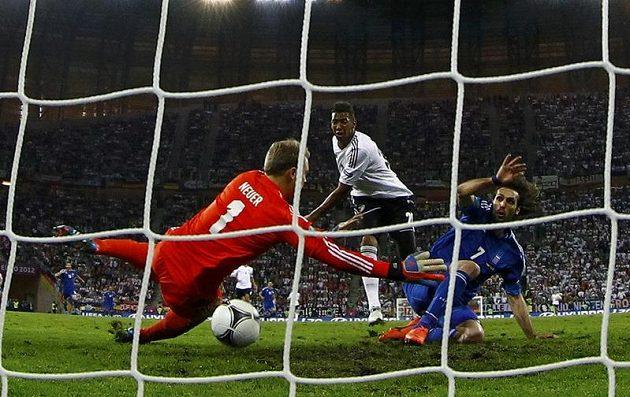 Giorgos Samaras z Řecka překonává německého brankáře Neuera