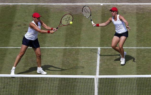 Liezel Huberová (vlevo) a Lisa Raymondová v utkání proti českému páru Hlaváčková, Hradecká.