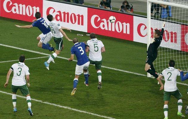 Antonio Cassano (vlevo) střílí hlavou gól do irské sítě.