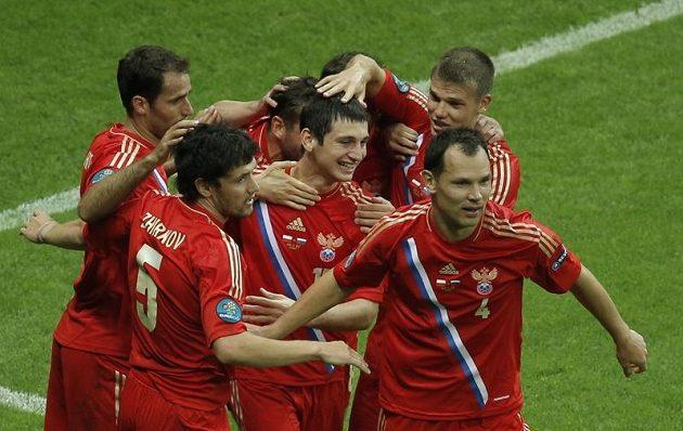 Ruští fotbalisté oslavují gól Alana Dzagojeva (uprostřed) proti Rusku