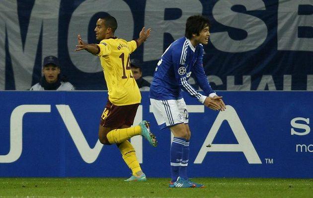Theo Walcott (vlevo) z Arsenalu slaví gól proti Schalke v Lize mistrů.