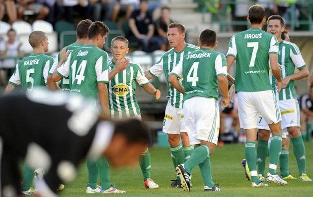 Fotbalisté Bohemians 1905 se radují z druhého gólu do sítě Parmy.