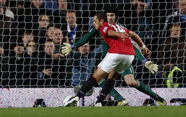 Petra Čecha v brance Chelsea překonal Javier Hernández z Manchesteru United