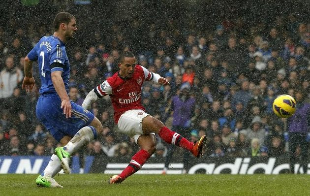 Theo Walcott (vpravo) střílí kontaktní gól. Arsenal přesto na Stambord Bridge padl.