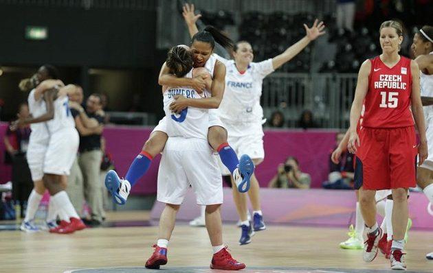 Francouzky slaví postup do olympijského semifinále, Eva Vítečková (vpravo) jen smutně přihlíží.