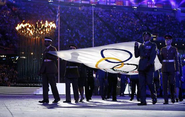 Vojenská eskorta odnáší olympijský prapor ze stadiónu v Londýně.