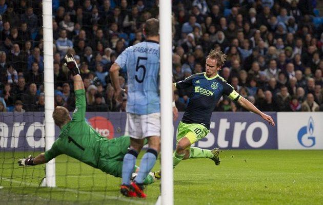 Siem de Jong z Ajaxu překonává gólmana Manchesteru City Joea Harta v utkání Ligy mistrů.