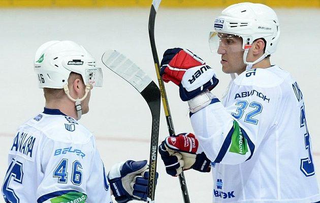 Střelec vítězného gólu moskevského Dynama Alexandr Ovečkin (vpravo) se spoluhráčem Jannem Jalasvaarou oslavují vítězství nad Lvem Praha.
