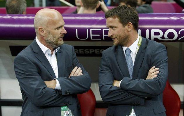 Trenér české fotbalové reprezentace Michal Bílek (vlevo) s manažerem národního týmu Vladimírem Šmicrem