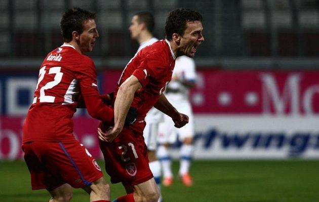 Vladimír Darida (vlevo) gratuluje Davidu Lafatovi ke gólu.