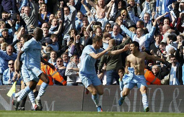 Sergio Agüero (vpravo) se raduje z gólu, který rozhodl, že Manchester City získá anglický titul.