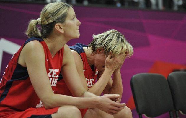 Zklamání v podání Evy Vítečkové (vlevo) a Hany Horákové na lavičce českého týmu.