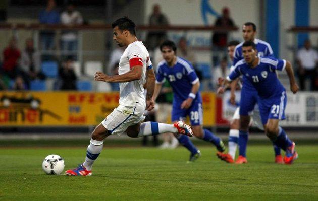 Milan Baroš proměňuje penaltu proti Izraeli.