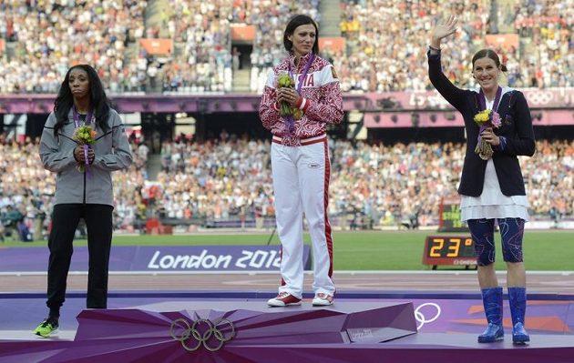 Tři nejlepší na trati 400 metrů překážek. Vlevo druhá Američanka Leshinda Demusová, uprostřed Ruska Natalja Anťuchová a vpravo Češka Zuzana Hejnová.