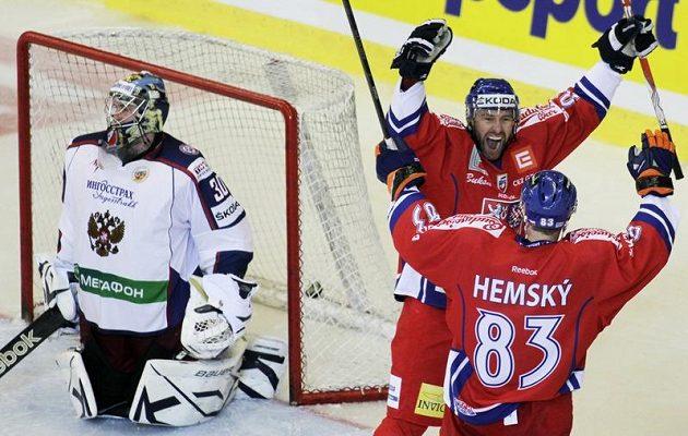 Petr Nedvěd oslavuje svůj gól proti Rusku do sítě brankáře Barulina se spoluhráčem Alešem Hemským.