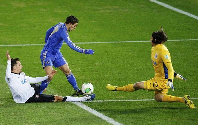 Hazard je při zakončení před Cassiem zaklíněn brazilským bekem Andrem.