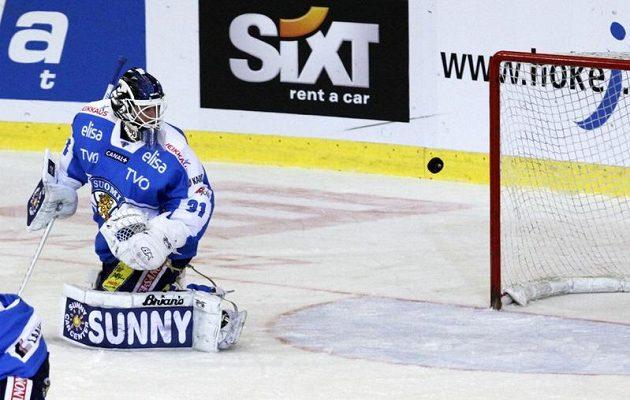 Finský brankář Petri Vehanen dostává druhý gól v utkání s Českou republikou v Brně.