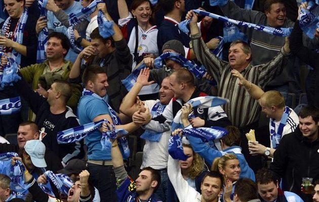Fanoušci Slovanu Bratislava se v O2 areně radují z gólu do sítě pražského Lva.