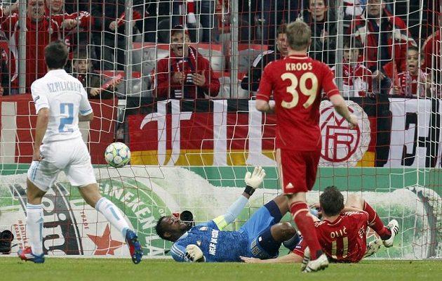 Útočník Bayernu Mnichov Ivica Olič (vpravo) střílí gól do sítě Olympique Marseille.