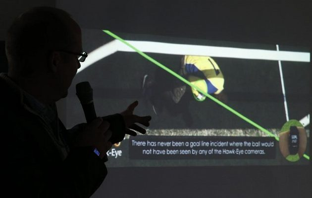 """Stephen Carter, ředitel vývoje """"jestřábího oka"""", ukazuje, jak systém funguje."""