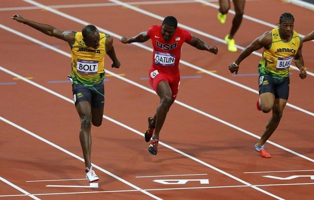Usain Bolt (vlevo) probíhá jako první cílem londýnské stovky. Uprostřed bronzový Justin Gatlin, vpravo stříbrný Yohan Blake.