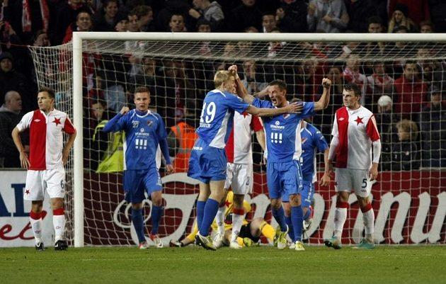 Fotbalisté Ostravy slaví gól na hřišti Slavie.