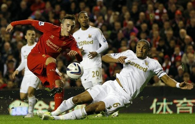 Samed Yesil (vlevo) z Liverpoolu bojuje o míč s Ashleym Williamsem ze Swansea.