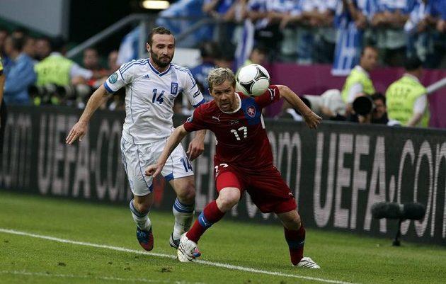 Tomáš Hübschman z Česka (v červeném) a Dimitris Salpingidis z Řecka v druhém zápase skupiny A na Evropském šampionátu v Polsku